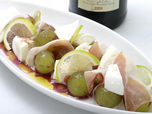 葡萄とモッツァレラのサラダの皿盛り写真