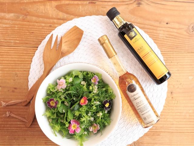 有機調味料とサラダの写真