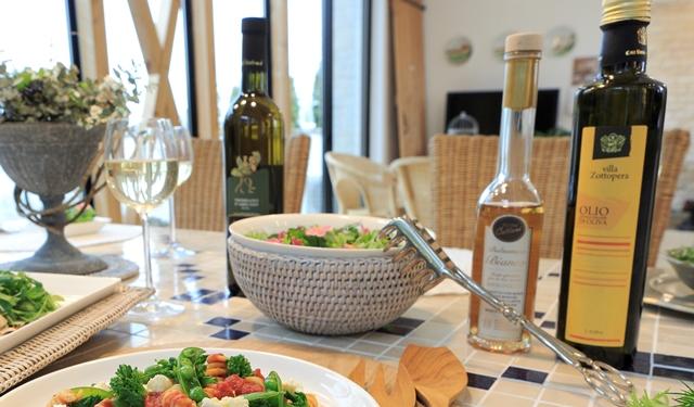 食卓に並ぶゾットペラ有機エキストラバージンオリーブオイルとホワイトバルサミコ酢の写真