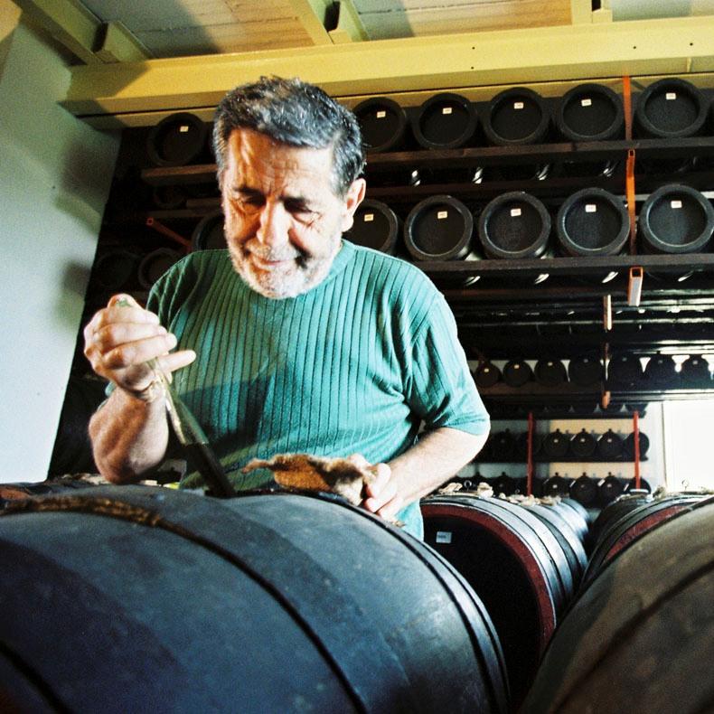 オーガニックのバルサミコを作っている男性の写真