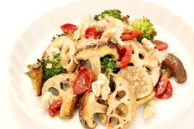 白い器に盛られた椎茸や蓮根、ドライトマトやブロッコリーなどのグリル野菜の写真