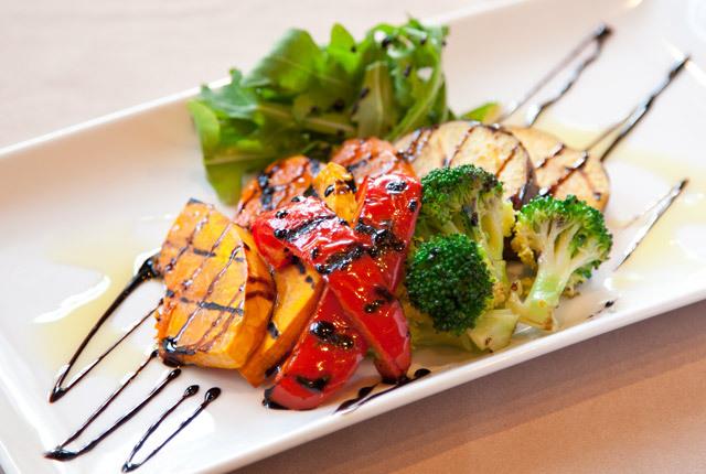 お皿に盛られたグリル野菜にバルサミコがかかっている写真