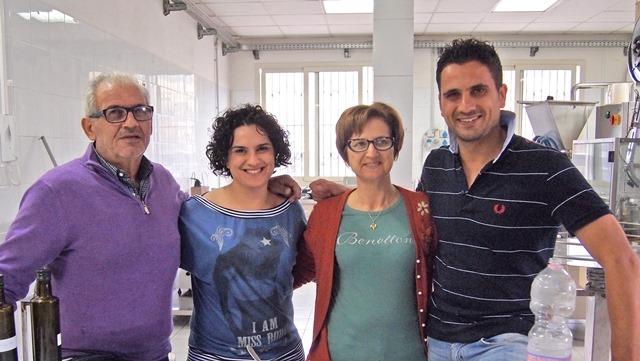 有機チェリートマトソースの生産者4名が肩を組んでいる写真