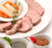 大皿に盛りつけられたカット肉と小皿に入った3種類のペーストソースの写真