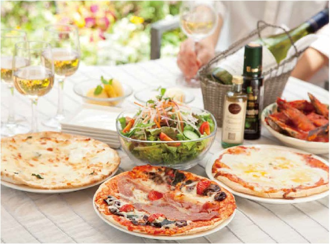 テラスに並べられたピザとジェラートのイメージ写真