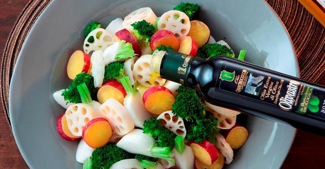 温野菜に有機エキストラバージンオリーブオイルオリヴァストロを回しかけている写真