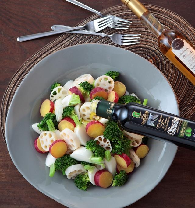 グリルした野菜に有機JAS認証エキストラバージンオリーブオイルオリヴァストロを回しかけている様子とお皿のそばにホワイトバルサミコが並べられた写真