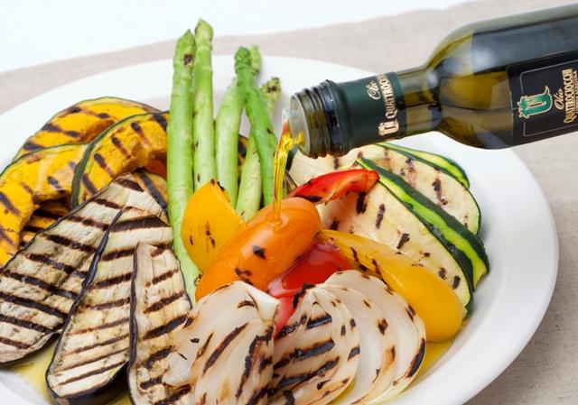 グリル野菜にオイルを垂らしている写真