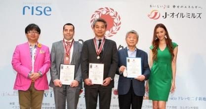 オリーブジャパン最優秀賞授賞式での男性4名と道端カレンさんの写真