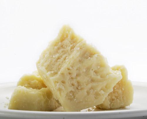 お皿の上にカットされて盛り付けられた山のパルミジャーノの写真