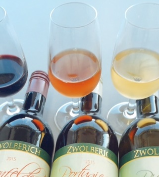 ワイングラスに注がれる有機葡萄ジュースの写真