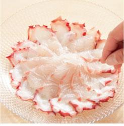 タコの刺身に塩コショウをふっている調理工程写真