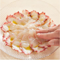 タコの刺身にエキストラバージンオリーブオイルを馴染ませている調理工程写真