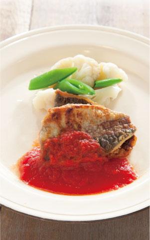 旬の魚(鯵)ムニエルトマトソースがけ料理写真