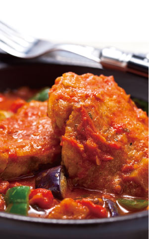 鶏肉の野菜トマトスープ煮込み料理写真