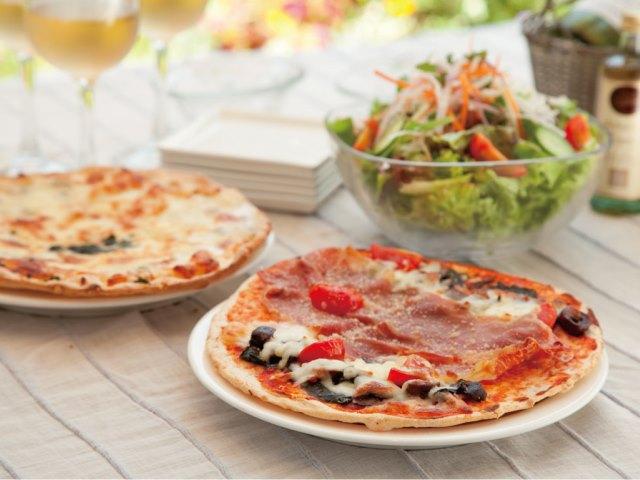 テラスに並べられたオーガニックレストランシナグロ監修ピザの写真