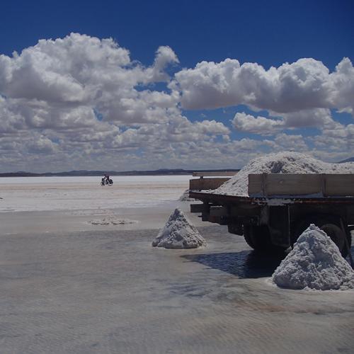 ウユニ塩湖に停まったトラックに塩を詰め込んでいる写真