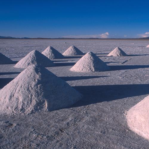 ウユニ塩湖に広がる8つの塩のかたまりの写真