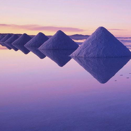 夕焼けに染まるウユニ塩湖の写真