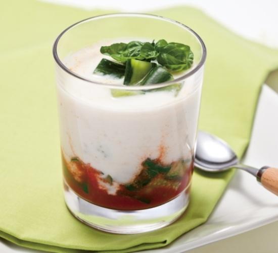 透明のグラスに盛り付けられた冷製ベジヨーグルトスープの写真